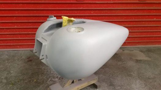 ペイント工程 FXR タンクの画像